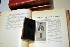 Les plaques de cuivre du Grand livre d'or de la gendarmerie